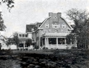 A photo from around 1914, showing the west side of the Wilcoxson Mansion.